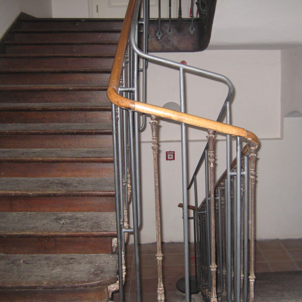 altes treppenhaus und holzgeländer.