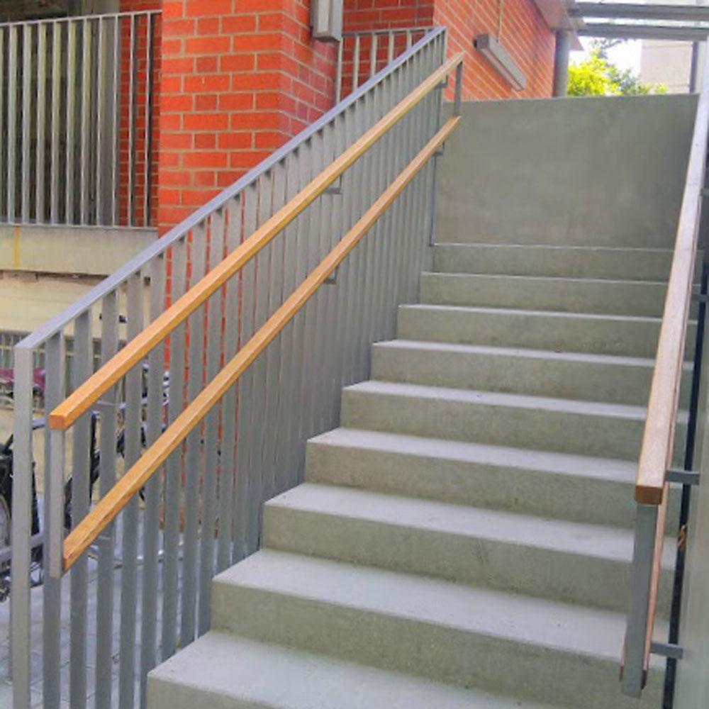 graue treppe draußen mit holz- und metallgeländer.