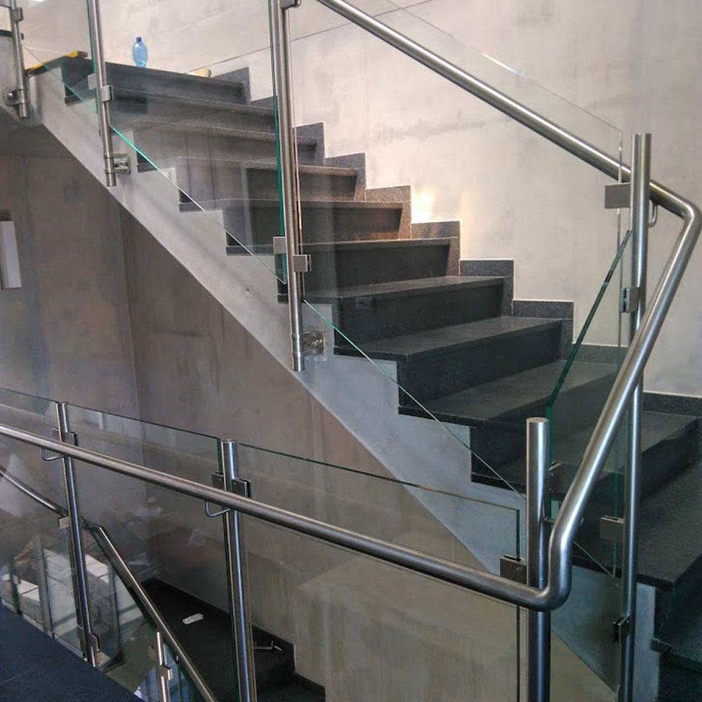 dunkle treppe mit metallgeländer drinnen.