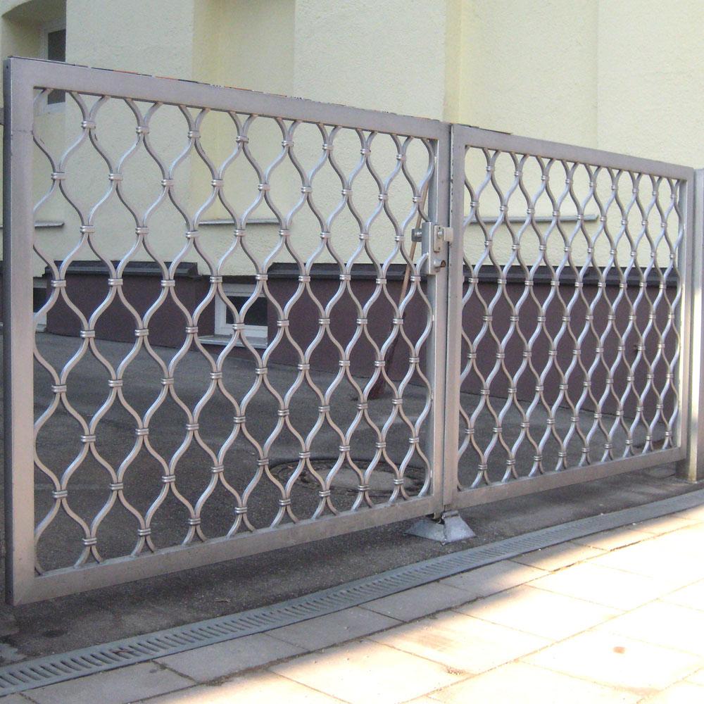 grauer metallzaun mit fußgängerboden und sonne.